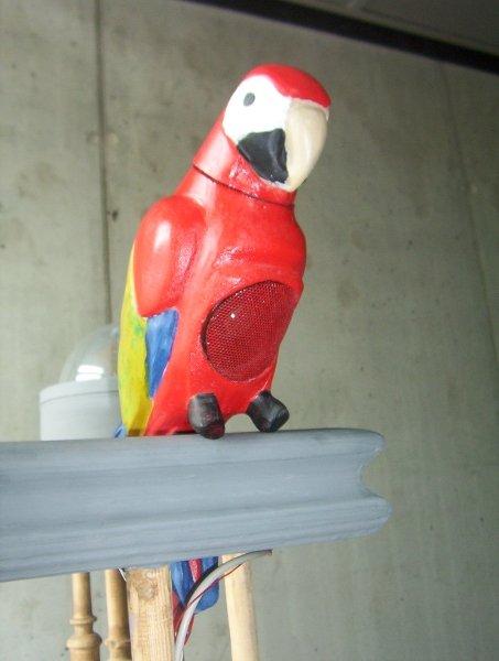 Skulptur - Papagei mit Lautsprecher